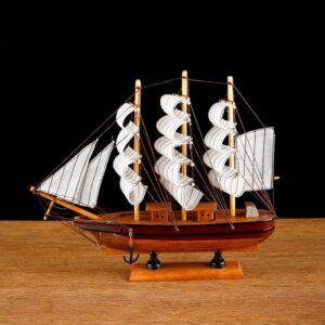 Корабль - борт светлое дерево с коричневой полосой, три мачты, белые паруса 52310