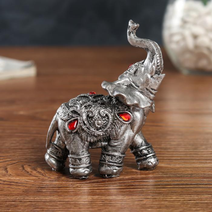 Серебристый слон в попоне с рубинами   56026