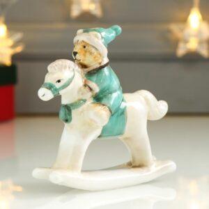 Медвежонок в зелёном наряде на лошадке-качалке 54024