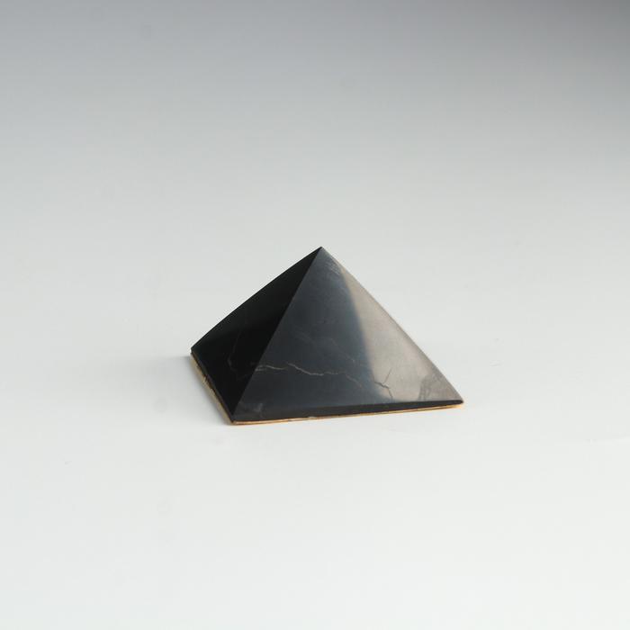 Пирамида из шунгита, в авто с двухстор.скотчем, полированная, 4 см 57187