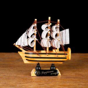 Корабль «Трёхмачтовый», борта светлое дерево с чёрными полосами, паруса белые 52408