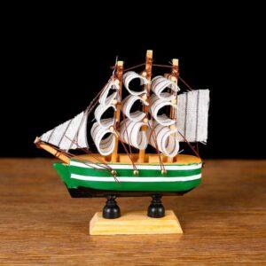 Корабль «Трёхмачтовый», борта зелёные с белой полосой, паруса белые 52417